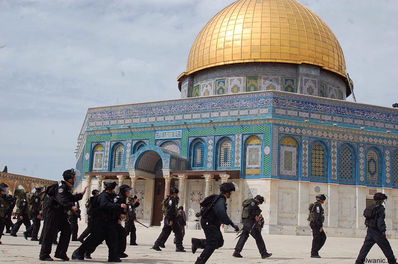 الاحتلال يحطم بوابات المسجد الأقصى التاريخية وإصابات في صفوف المرابطين