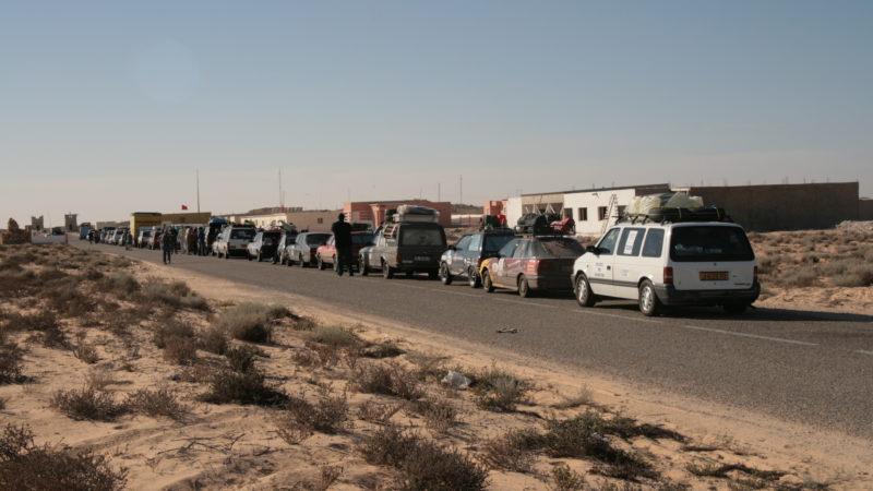 شرطة الحدود الكركرات تمنع أشخاص من المغادرة.