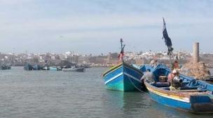 البحر يلفظ جثتين من القارب المنكوب بالشاطئ الأبيض.