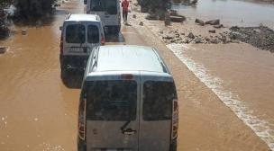 السيول تقطع الطريق رقم 14 لمدة يوم كامل،و توقف بعش شاحنات بوكراع.