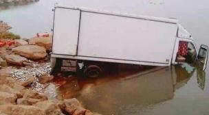 إنحراف شاحنةمحملة بالسمك بمصب وادي أشبيكة.