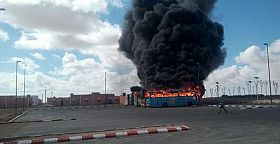 النار تلهم بعض حافلات نقل عمال الطاقة الشمسية بالعيون.