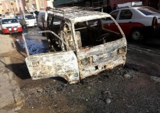 سيارة للنقل السري تلتهمها النار دون خسائر بشرية.