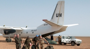 طائرة لبعثة المينورسو تقل قتيل جرحى من شرق الجدار الأمني.