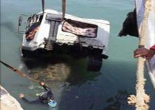 سقوط شاحنة بحوض الميناء كاد يغرق باخرة للصيد