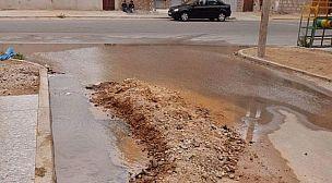 عيون الماء تتفجر في شوارع مدينة العيون، و مكتب الماء في دار غفلون.