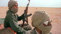 لاجئين صحراويين في قبضة الجيش الموريتاني بعد دخولهما المنطقة المعزولة والمحظورة(الموريتانية).