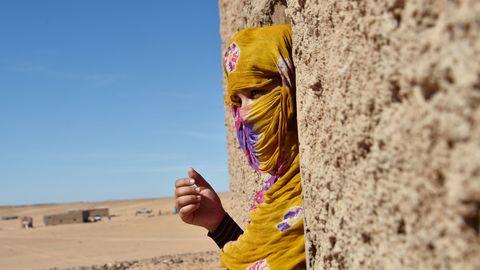 """صور إمرأة """"محصنة"""" يثير غضب سكان المخيمات، و القيادة في ورطة"""