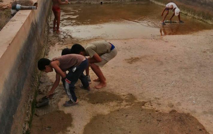 أطفال يخلقون متنفسا للهرب من الحر بجماعة تاليوين