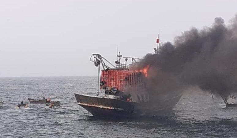 النار تلتهم مركب للصيد الساحلي بعرض سواحل العيون