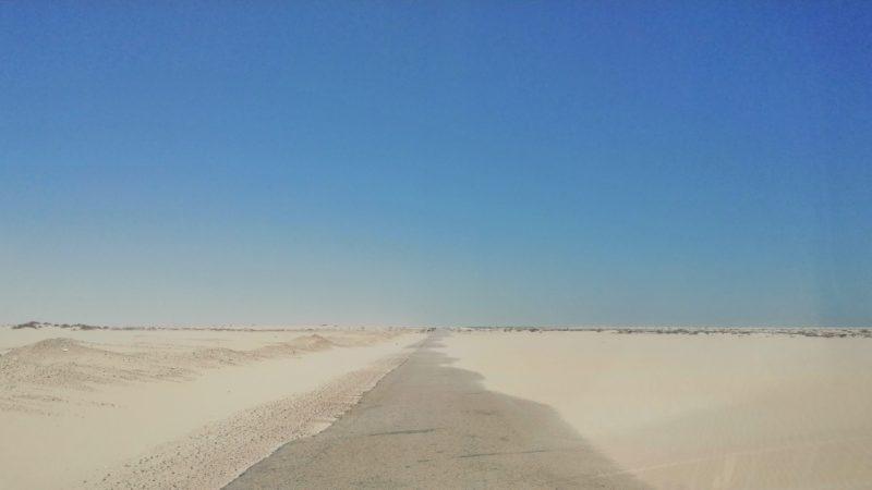 الداخلة.. الرمال تشكل خطر على مستعملي الطريق