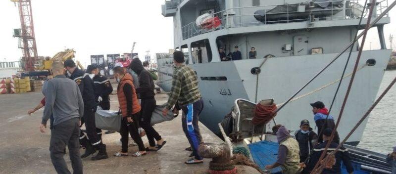 مركب للصيد ينتشل جثث بسواحل ميناء العيون